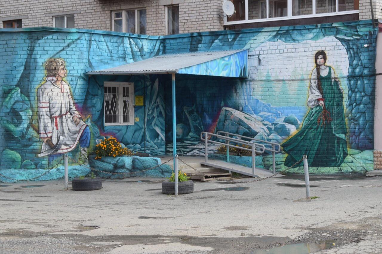 Граффити на фасаде детской библиотеки в Сысерти