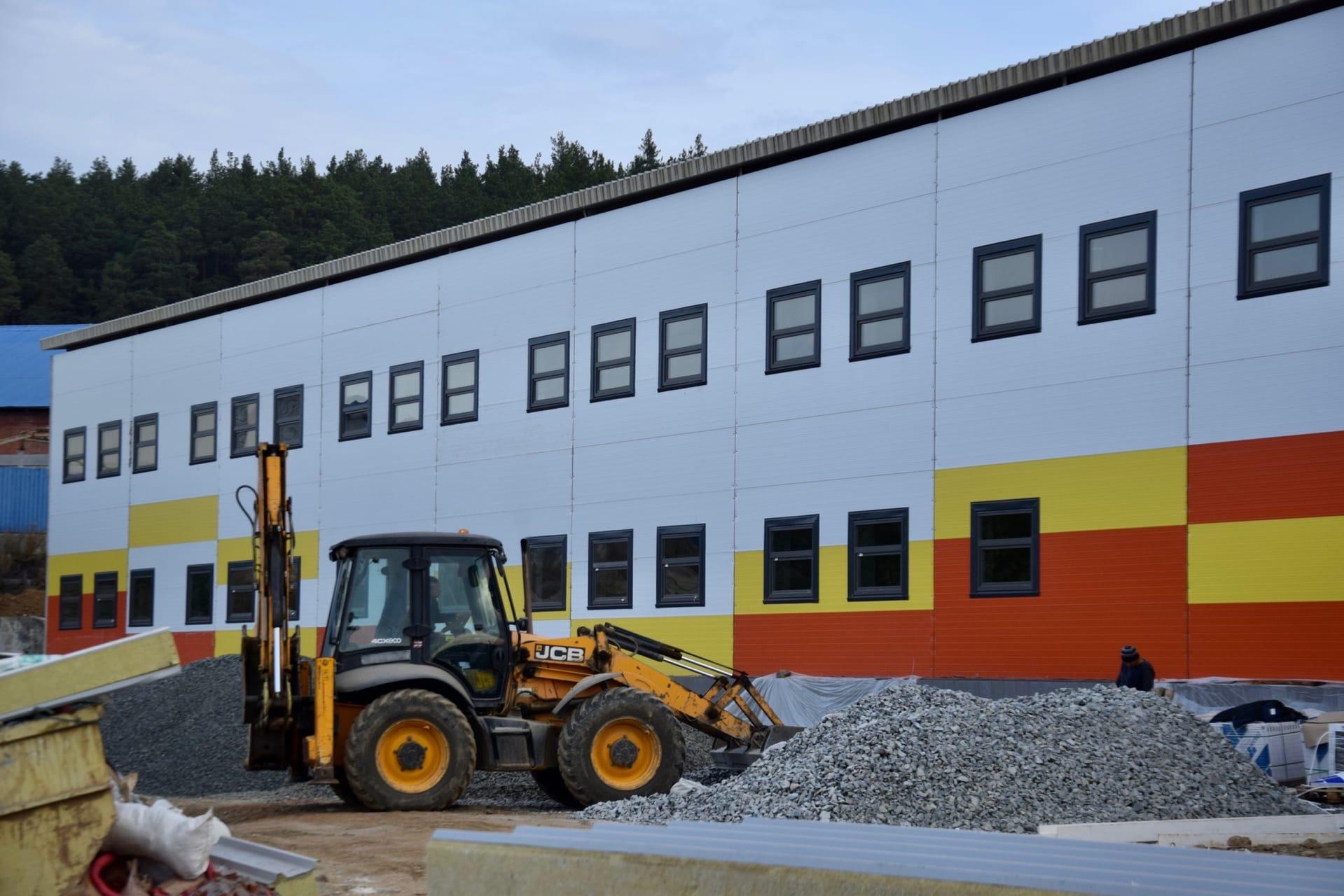В Сысерти продолжается строительство ледового комплекса.