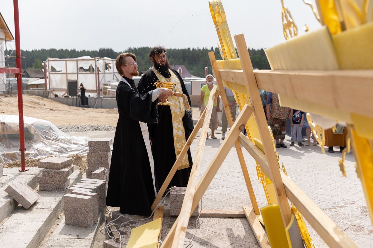 На храм Архангела Михаила в Новоипатово воздвигли крест